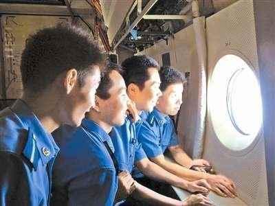 90后新干部在飞机舷窗边眺望云海