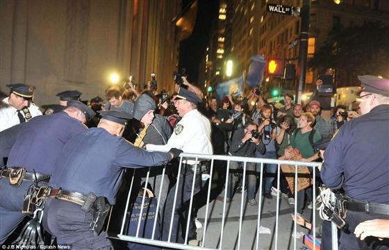 """刚开始,""""占领华尔街""""被美国的政治精英和主流媒体视为一群嬉皮士的嘉年华,就如""""占领者""""的海报:一名芭蕾舞女在华尔街的铜牛背上单足起舞,周围是一群防暴警察;既性感又美感,但随时都会摔下来。   """"占领者""""中三教九流无所不有,既有失业的工人和大学生,也有越战老兵和家庭主妇,无法给他们划分政治派别和阶级背景。""""占领者""""的诉求也五花八门无奇不有,从反战到反大亨,从痛斥金融家的贪婪到要求免费医疗,既没有明确目标,也"""