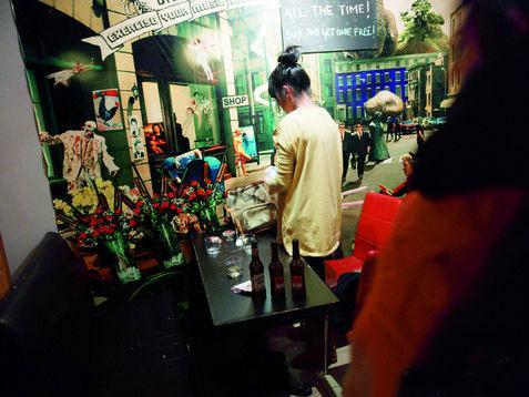 上海杨浦区酒吧中的少女