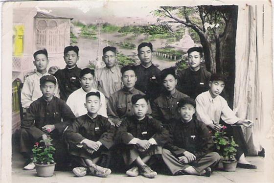 1953年6月济宁二中一级二班团支部合影,后排右一为李成年,时任团