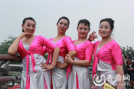伴随《泉水叮咚》歌曲大跳泉水广场舞的阿姨【中国企业家人脉网 中国