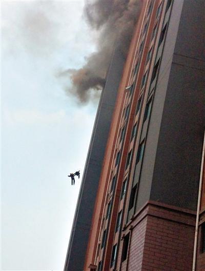 上海两90后消防员坠楼殉职:坠亡瞬间手拉手