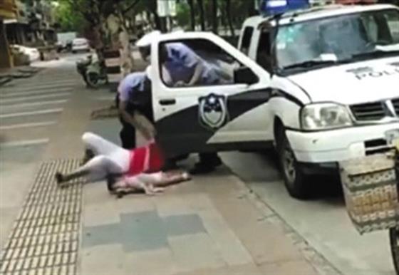 周蓬安:绊摔抱娃女子民警,应主动扒下警服