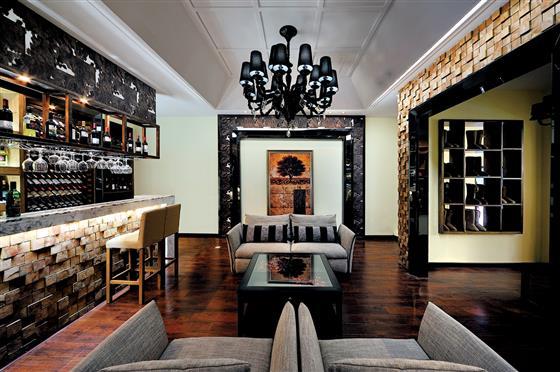 客厅装修,欧式风格6点明显特征 客厅装修,欧式风格,以华丽的装饰、浓烈的色彩、精美的造型达到雍容华贵的 装饰效果。欧式装修风格中,典型的巴洛克装饰风格和洛可可风格。欧式客厅顶部喜用大型灯池,并用华丽的枝形吊灯营造气氛,常用带有花纹的石膏线勾边。室内有真正的壁炉或假的壁炉造型。