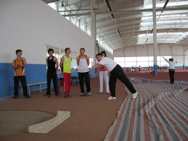 在投掷圈外做背向滑步推铅球完整技术练习